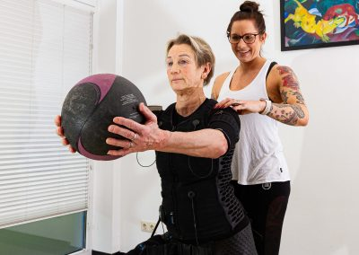 Auch der Ball gehört zum EMS-Training.