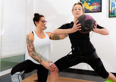 EMS-Training nutzt auch Hilfsmittel wie Bälle für das Training.